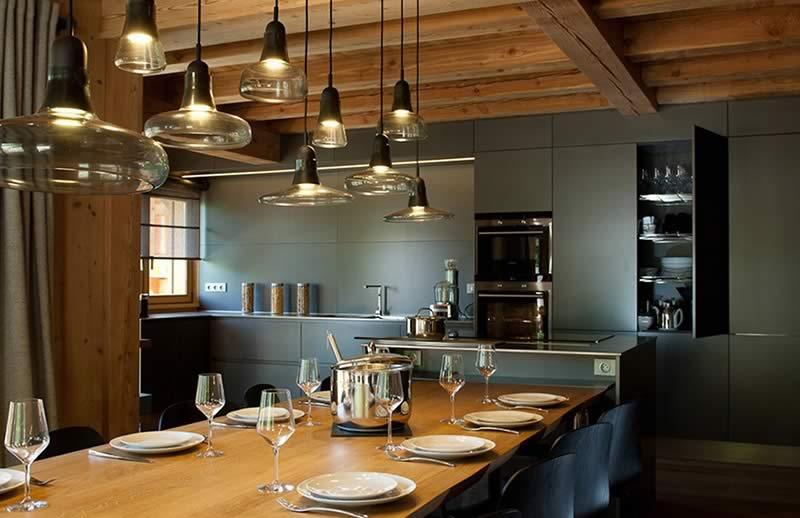 Cuisine chalet à Serre Chevalier - Réalisation intérieur extérieur chalet par Chalets Bayrou