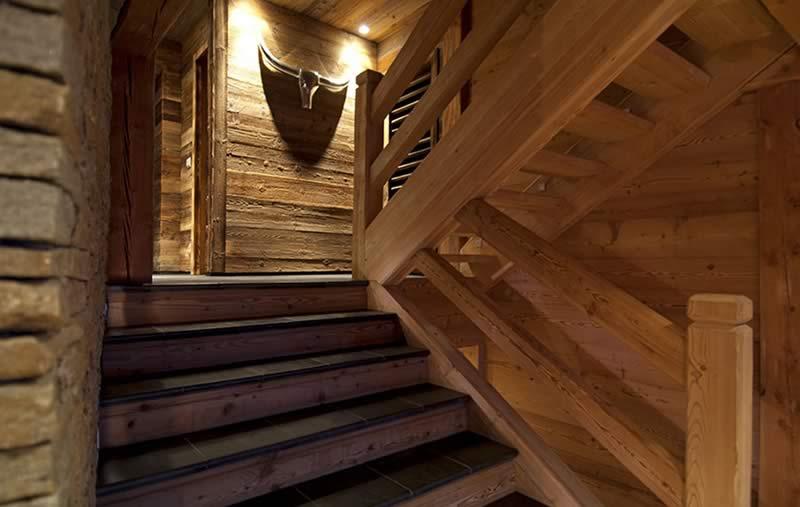 Escalier en bois d'un chalet à Courchevel  réalisé par Chalets Bayrou